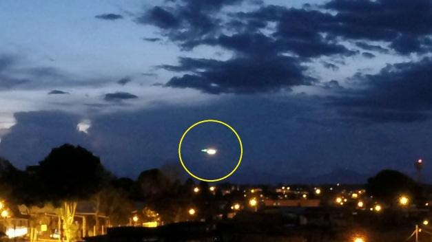 Imagen del video que muestra a un supuesto ovni volando en el cielo.